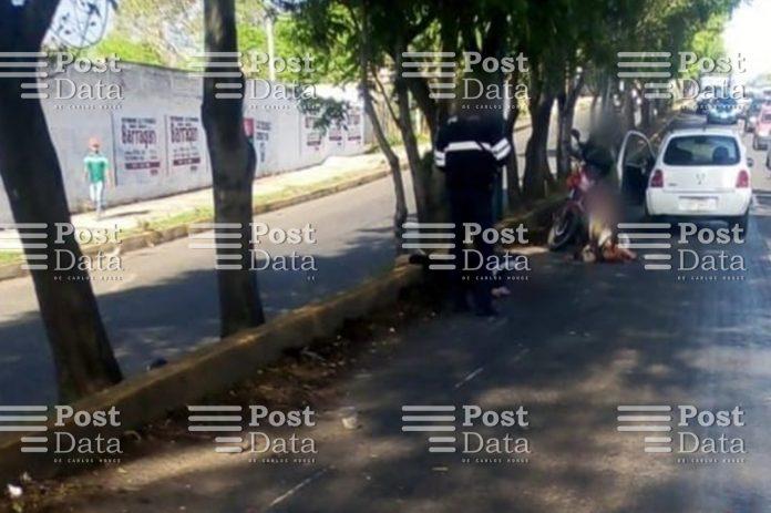 Dos adultos mayores resultaron malheridos al ser atropellados por un motociclista,