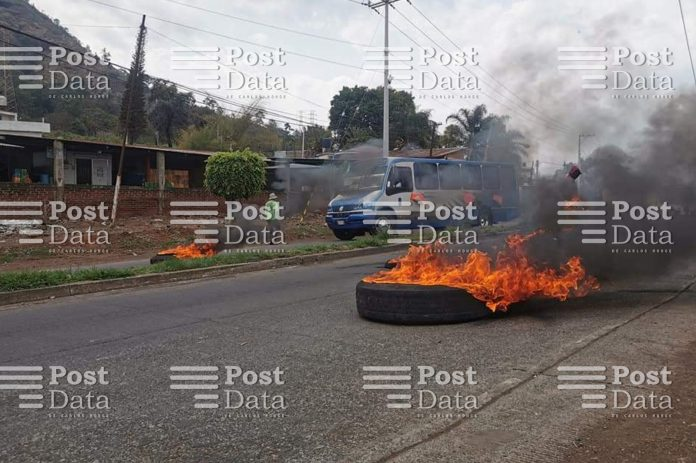 Protestan contra autoridades de Seguridad Pública con bloqueo de carretera en Uruapan