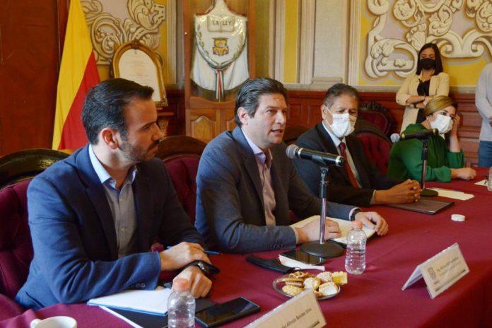 Con el actual presidente municipal Humberto Arróniz Reyes y el edil electo Alfonso Martínez Alcázar al frente, se presentaron en la Sala de Cabildo de Morelia