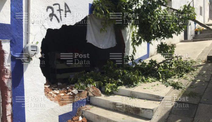 Camioneta gasera se estrella contra domicilio al sur de Morelia